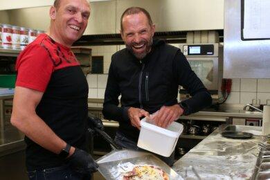 Olaf Ludwig (l.) und Mario Kummer haben sich die Strecken im Erzgebirge angeschaut und dabei auch das Gesamterlebnis ausprobiert. Pizzabacken in kleiner Gruppe gehörte dazu.