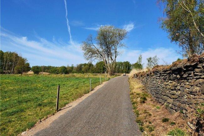 Zwischen Langenrinne und Zug führt der Weg an einer alten Steinmauer entlang.