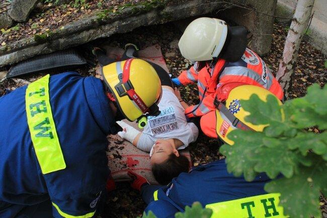Helfer des THW und des Roten Kreuzes im Einsatz.