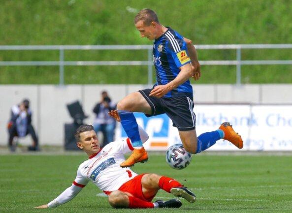 Nils Miatke (am Boden) hat sich auch in seinem letzten Spiel für den FSV Zwickau nochmal voll reingehauen und kann in dieser Szene den Saarbrücker Markus Mendler vom Ball trennen.