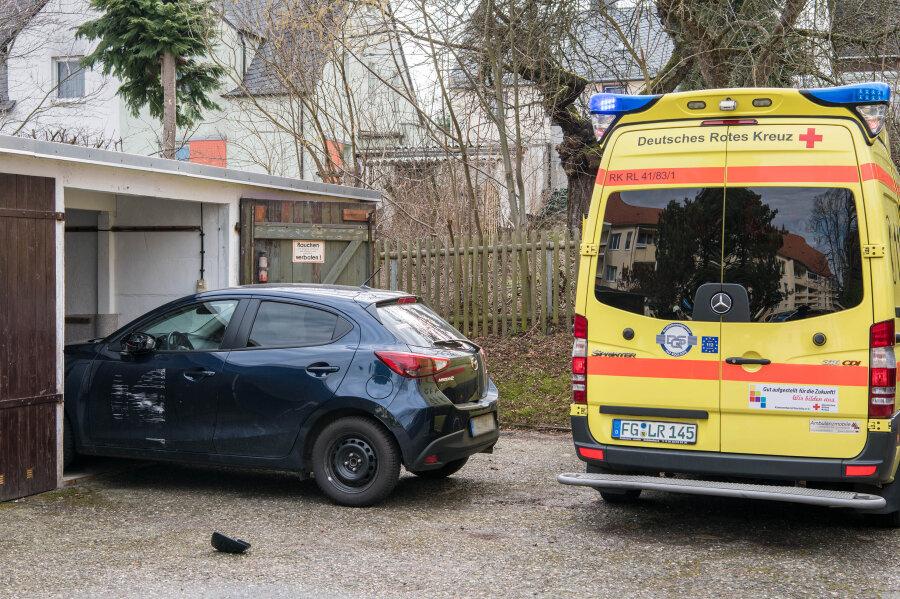 Zwölf Feuerwehrleute im Einsatz: Frau in Garage von Auto eingeklemmt