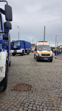 Fahrzeuge des THW vor dem Zwickauer Hauptbahnhof.