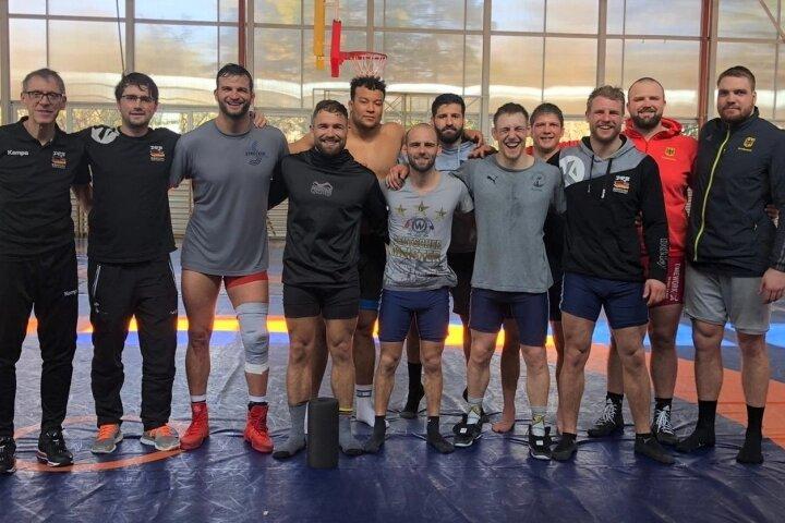 Die deutsche Nationalmannschaft der Ringer im griechisch-römischen Stil beim Trainingscamp im ungarischen Tata mit Maximilian Schwabe (5. von rechts) und Franz Richter (ganz rechts).
