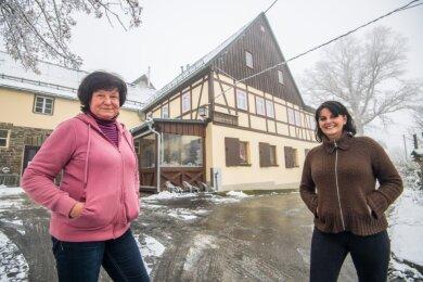 Heike Lang (links) übergibt das traditionsreiche Gasthaus in Pöhla an Katrin Rebmann.