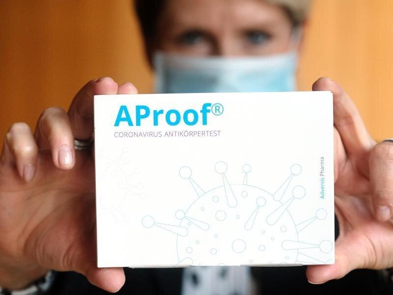Eine Packung mit neuem Corona-Antikörpertest von Adversis Pharma.