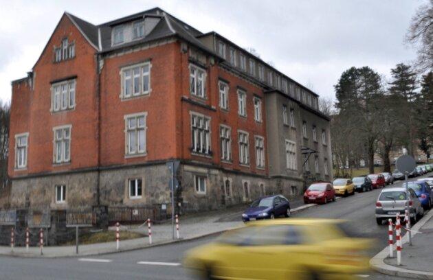 Dem ehemaligen Gesundheitsamt an der Auerbacher Schulstraße droht der Abriss. Die Entscheidung soll heute in Plauen im Kreisausschuss fallen.