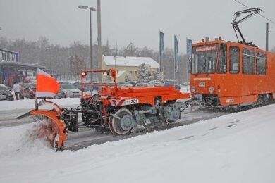 Nach starken Schneefällen Ende Februar 2013 kam der 2011 angeschaffte Schneepflug der SVZ beim Räumen zum Einsatz.