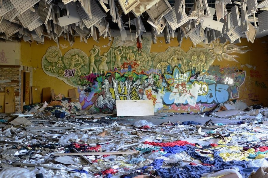 Das Wandmosaik von Edgar Klier war in der Ruine der ehemaligen Strickwarenfabrik Aktivist lange dem Verfall preisgegeben.