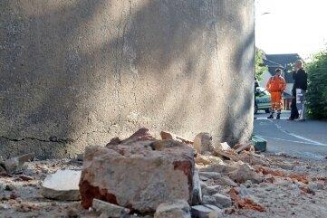 Am Haus lagen Ziegelbrocken auf der Straße.