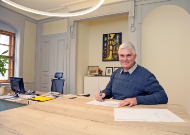 Als Schlossherr sieht sich Bürgermeister Tino Kögler keineswegs, auch wenn er jetzt sein Büro im Schloss hat.