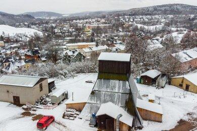 Die oberirdischen Anlagen des Wismut-Schachts 208. Die zu verschließende Schachtröhre befindet sich in dem hölzernen Turm.