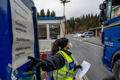 Die Grenzkontrollen zu Tschechien wie hier im bayerischen Philippsreut werden verlängert.