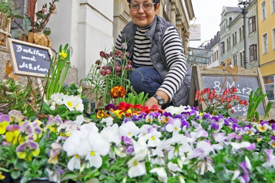 Blumenhändlerin Elke Meier aus Zwickau profitiert nach langer Schließzeit von den am Mittwoch angekündigten Lockerungen.