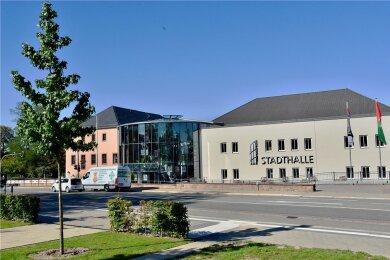 Die Stadthalle Limbach-Oberfrohna öffnet am Wochenende wieder für Besucher. Gezeigt wird ab 20 Uhr eine szenische Lesung unter freiem Himmel.