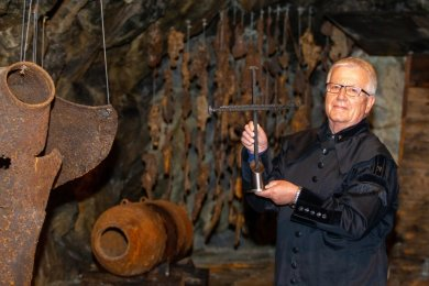 """Gert Müller vom Vogtländischen Bergknappenverein Plauen mit dem sogenannten Wandernagelkreuz, dessen erste Station das Luftschutzmuseum """"Meyerhof"""" ist."""