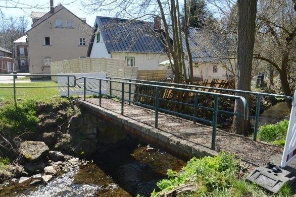 Die Fußgängerbrücke über die Trieb am Winkel in Bergen wird ein weiteres Jahr gesperrt bleiben. Die Fördermittel wurden versagt.