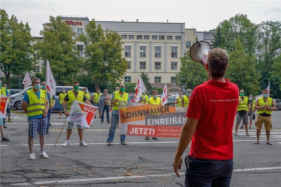 Rund 50 Beschäftigte des Unilever-Standortes im Vogtland haben am Montag in Auerbach gegen die Blockadehaltung ihres Arbeitgebers protestiert. Der Warnstreik begann am Vormittag mit einer Kundgebung von Mitarbeitern der Frühschicht vor dem Werk.
