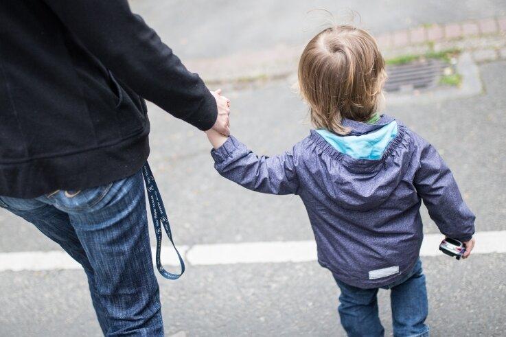 Eine Mutter mit Kind (Archivfoto). Menschen in sozialen Stress- und Notlagen kann künftig in Chemnitz weniger gut geholfen werden, befürchten die Verbände der freien Wohlfahrtspflege vor Ort.
