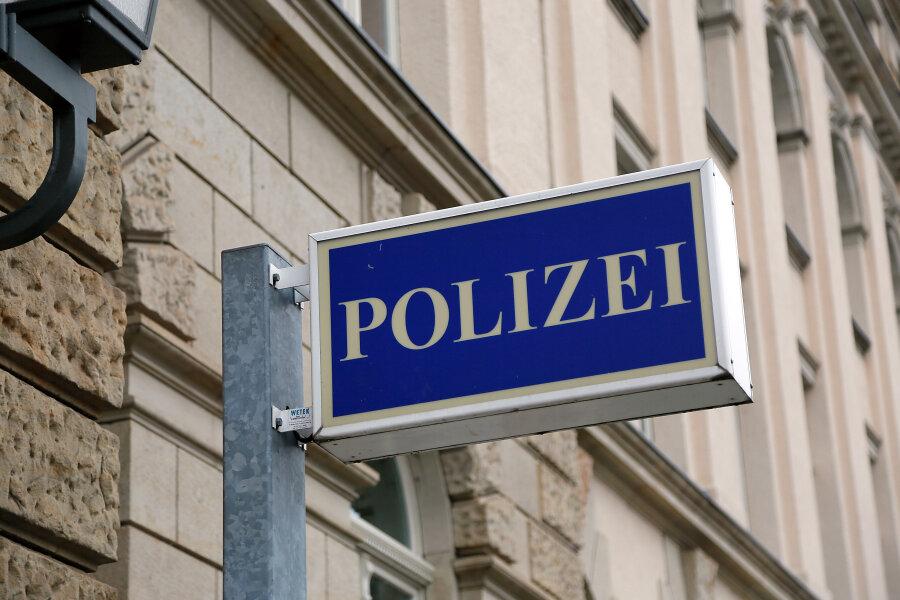 Polizei sucht maskierten Ladenräuber mit Fotos