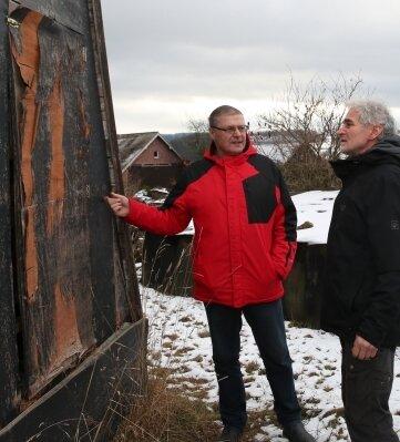 Die Rückwand der Pyramide hat ganz besonders gelitten. Andreas Schmidt (rechts) freut sich über Unterstützung durch Ralf Göschel.