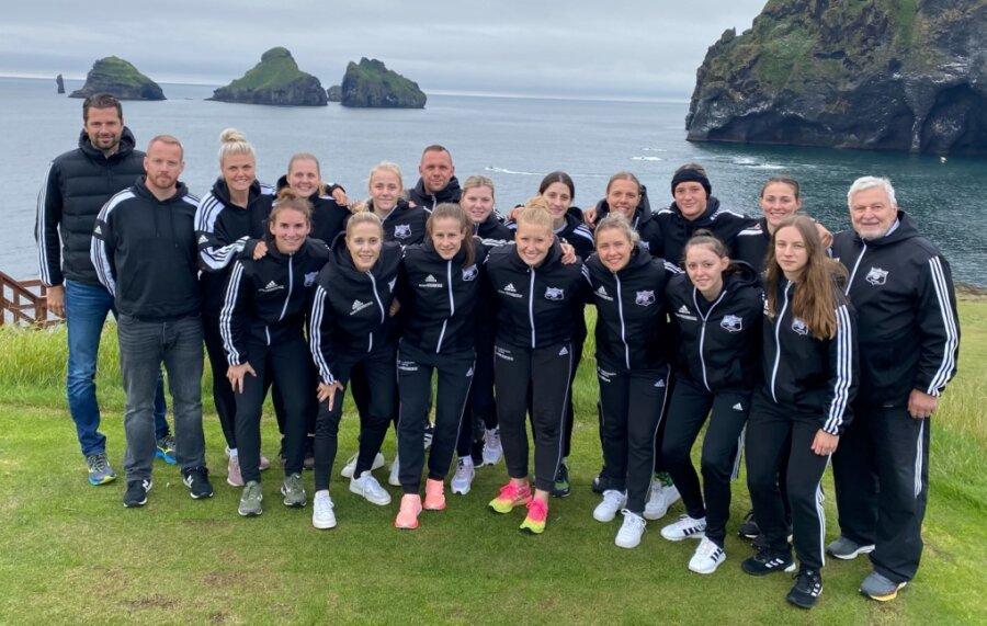Neben täglich zwei Trainingseinheiten steht für die Handballerinnen des BSV Sachsen Zwickau beim Trainingslager auch die Erkundung der Insel Vestmannaeyjar auf dem Programm. Sie ist die Heimat von Rückraumspielerin Diana Dögg Magnusdottir (hintere Reihe, 2. von rechts).