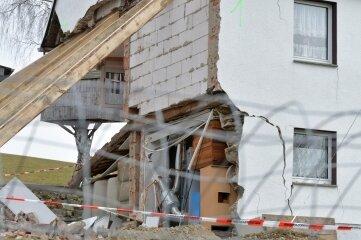 Der eingestürzte Hausgiebel wurde von ehrenamtlichen Helfern des THW notgesichert.