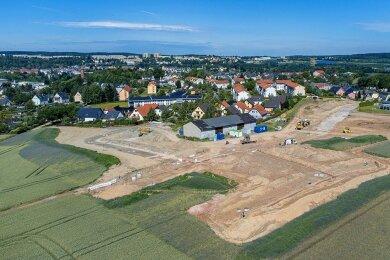 Blickrichtung Auerbacher Zentrum und Neubaugebiet: Zwischen Lindenallee und Schönheider Straße entsteht Platz für 40 Eigenheime. Die künftigen Straßenverläufe sind bereits erkennbar.