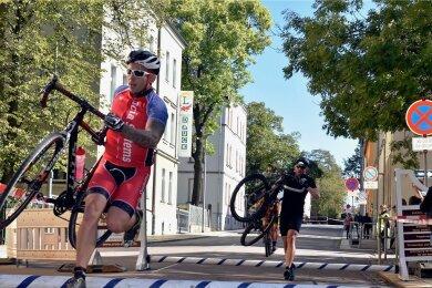 """Bei der """"Straßenschlacht"""" in Limbach-Oberfrohna müssen die Radfahrer auf dem Parcours durch die Stadt zahlreiche Hindernisse überwinden."""