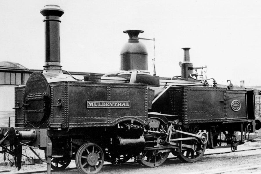 """Die Lokomotive """"Muldenthal"""" der Bockwaer Eisenbahngesellschaft - auf diesem Foto noch ohne Führerhaus - wurde 1861 von der Firma Richard Hartmann in Chemnitz gebaut und ist heute im Dresdner Verkehrsmuseum ausgestellt. Die Lok erreichte eine Geschwindigkeit von 50 Stundenkilometern."""