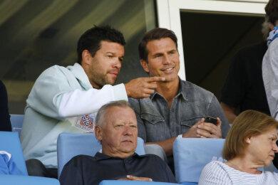 Auf der Tribüne unterhielten sich Ex-Nationalspieler Michael Ballack und Patrick Glöckner, Ex-Coach von Viktoria Köln.