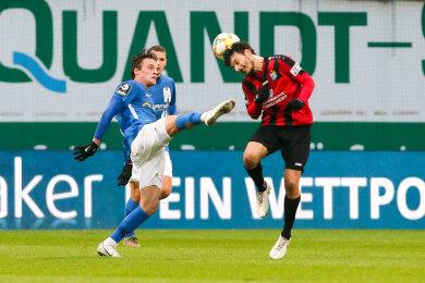 Zweikampf zwischen Mirnes Pepic (Rostock) und Philipp Hosiner (CFC).