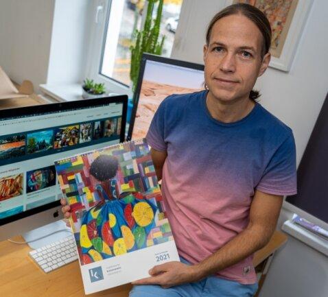 Danny Otto mit dem ersten Kalender des Kunstvereins Göltzschtal.
