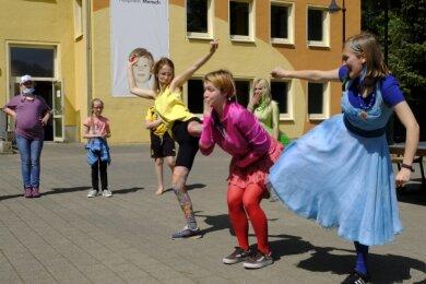"""Mitarbeiter der Theaters Plauen-Zwickau brachten mit Kindern der Montessori Grundschule Limbach ein Stück auf die """"Bühne""""."""