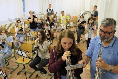 Auch die Jugend probt fleißig für den ersten Auftritt der Schalmeien. Vorn der musikalische Leiter Thomas Hartwig und Luisa Dressel.