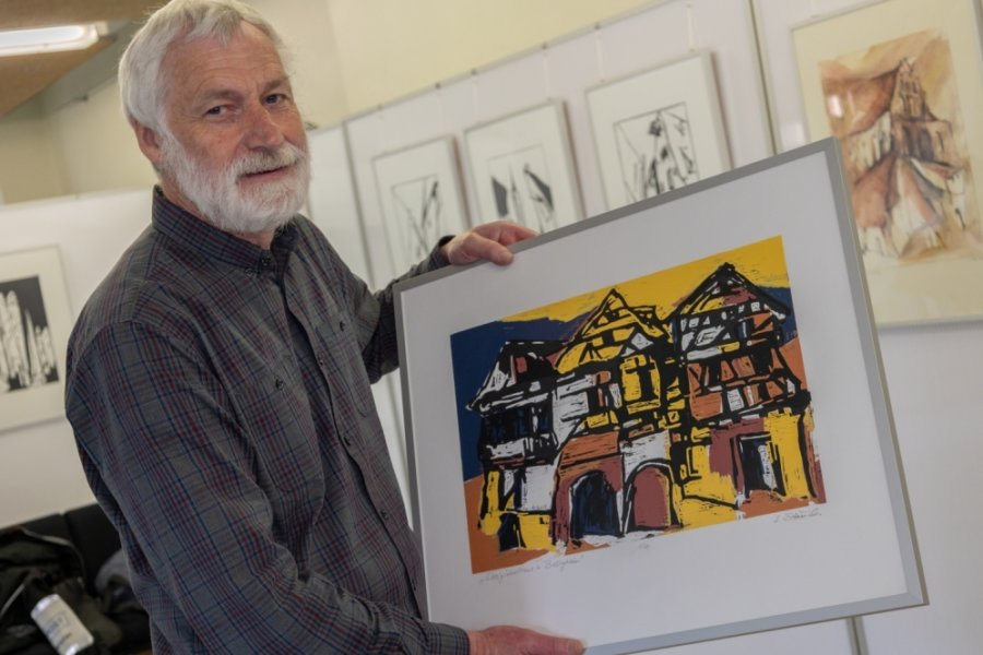 Genius loci - so der Titel einer neuen Ausstellung in der Sparkassen-Filiale Falkenstein. Bis 15. Oktober präsentiert der Verein falkart dort Arbeiten von Lothar Stauch. Im Bild ist der 67-Jährige mit einem farbigen Holzschnittdruck zu sehen. Darauf abgebildet: ein Dreigiebelhaus in Besigheim.