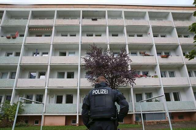 Streng bewacht und seit Samstag unbewohnt: Das Haus Usti nad Labem 97. Sondereinsatzkräfte haben es gestürmt und in einer Wohnung Sprengstoff gefunden.