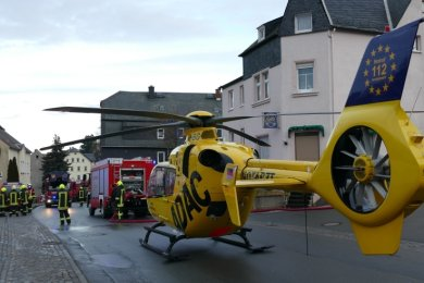 Neben den Kameraden aus acht Ortswehren war auch ein Rettungshubschrauber vor Ort, der eine ältere Frau nach Halle flog.