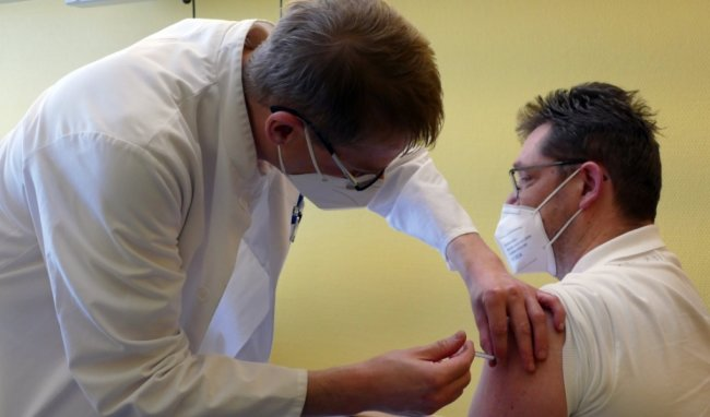 Mehr als nur ein Piks in den Oberarm: Axel Bauer, Leitender Oberarzt der Klinik für Psychiatrie und Psychotherapie im Zschopauer Krankenhaus, impft einen Kollegen gegen das Corona-Virus.