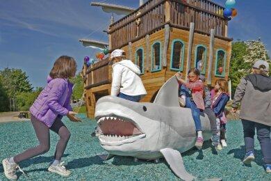 Furchterregend sieht dieser Hai mit seinem weit geöffneten Maul aus. Die Mädchen und Jungen kann das aber nicht abschrecken.