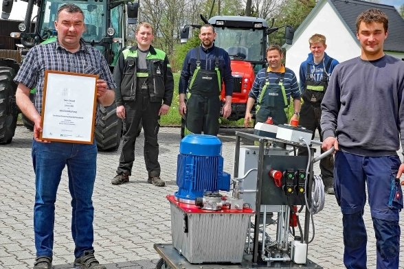 Firmenchef Sven Strauß (l.) machte seinen Meister 1995. Sohn Andy (r.) zog knapp 26 Jahre später nach. Das Meisterstück, dieser mobile Hydraulikapparat, wird in der Langenbernsdorfer Firma bereits eingesetzt.