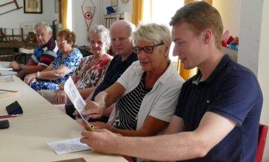 In der Witzschdorfer Heimatstube arbeitet Robin Richter (vorn) vor allem mit älteren Bürgern die Historie seines Heimatortes auf.