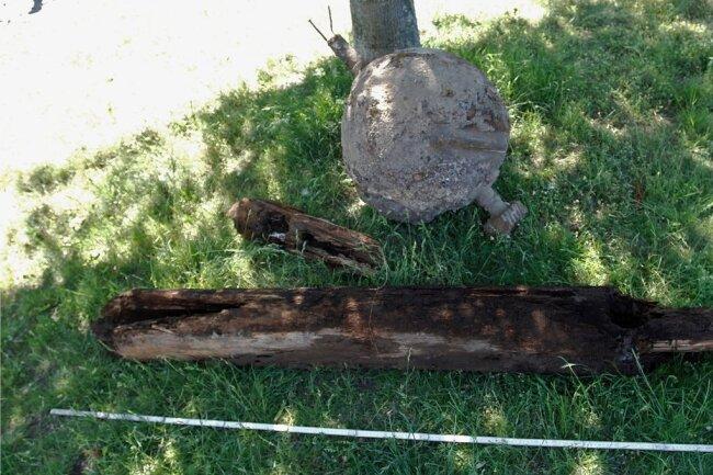 Nahe der Alten Elsterbrücke haben Archäologen eine vermutlich mittelalterliche Holzwasserleitung samt Zulauf entdeckt und sichergestellt. Direkt daneben stießen sie auf ein Maschinenteil aus dem Zweiten Weltkrieg.