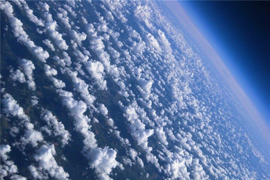 Grenzenlose Freiheit über den Wolken? Nicht ganz, hoffen Klimaschützer. Sie blicken derzeit mit Sorge auf Ideen, fröhlich frei Schwefelsäure in die Atmosphäre zu blasen als Reflektorschild fürs Sonnenlicht. Ein paar Regeln, die Freiheit einzugrenzen, wären da nicht schlecht.