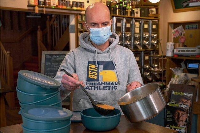 Essen zum Mitnehmen, ganz ohne Verpackungsmüll: Mike Brettschneider von der Rösterei Momo setzt dafür auf eine exotische Lösung. Von Chemnitz bis Dresden ist Brettschneider der einzige Partner des bundesweiten Mehrweg-Pfand-Systems.