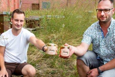 Daniel Held (rechts) und Falk Meyer mit den ersten Gläsern des Honigs von der Falkenauer Fabrikwiese. Seit Juli gibt es das süße Produkt.