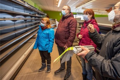 Anja Kümmel, Thilo Schoffenhauer, Jasmin Fritzsch und Sebastian Groß (v. l.) verschaffen sich einen Überblick über den Baufortschritt. Wenn es das Wetter zulässt, soll es auch außen einen neuen Anstrich geben.