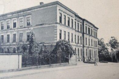 Das historische Foto zeigt das Gymnasium in Reichenbach, in dem sich die Verwaltung der Volkshochschule befand.