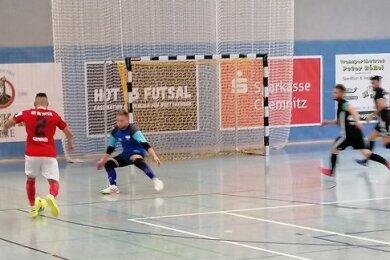 Torschütze Claudio Sampaio (l.) am Ball.