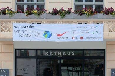 """Dieses Banner am Zwickauer Rathaus weist darauf hin, dass man als eine von 40 Städten beim Modellprojekt """"Weltoffene Kommune"""" der Bertelsmann-Stiftung mitmacht. Erste Workshops haben schon stattgefunden."""