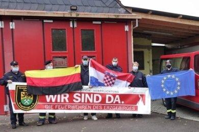Die gesammelte Schutzkleidung wurde vorm Feuerwehrgerätehaus in Leipzig-Knautnaundorf übergeben. Lange war unklar, ob dass aufgrund der Corona-Pandemie möglich ist. Doch es hat vor Kurzem geklappt.